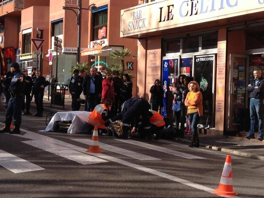 La victime a été heurtée par une moto alors qu'elle traversait la route.