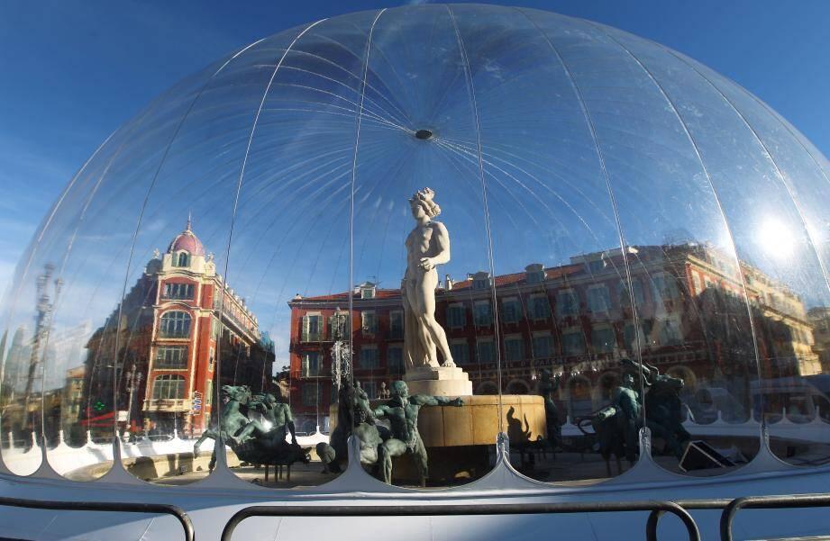La mise en bulle de la statue d'Apollon intrigue et fait parler les Niçois et touristes.