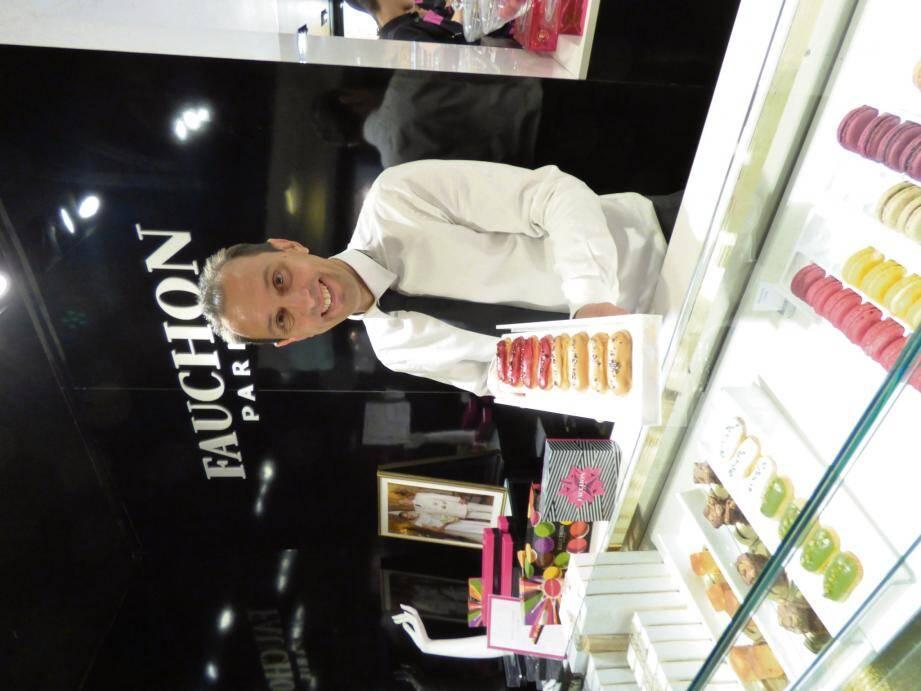 Le responsable de Fauchon Monaco présente les mini-éclairs, l'une des pâtisseries iconiques de la maison Fauchon.