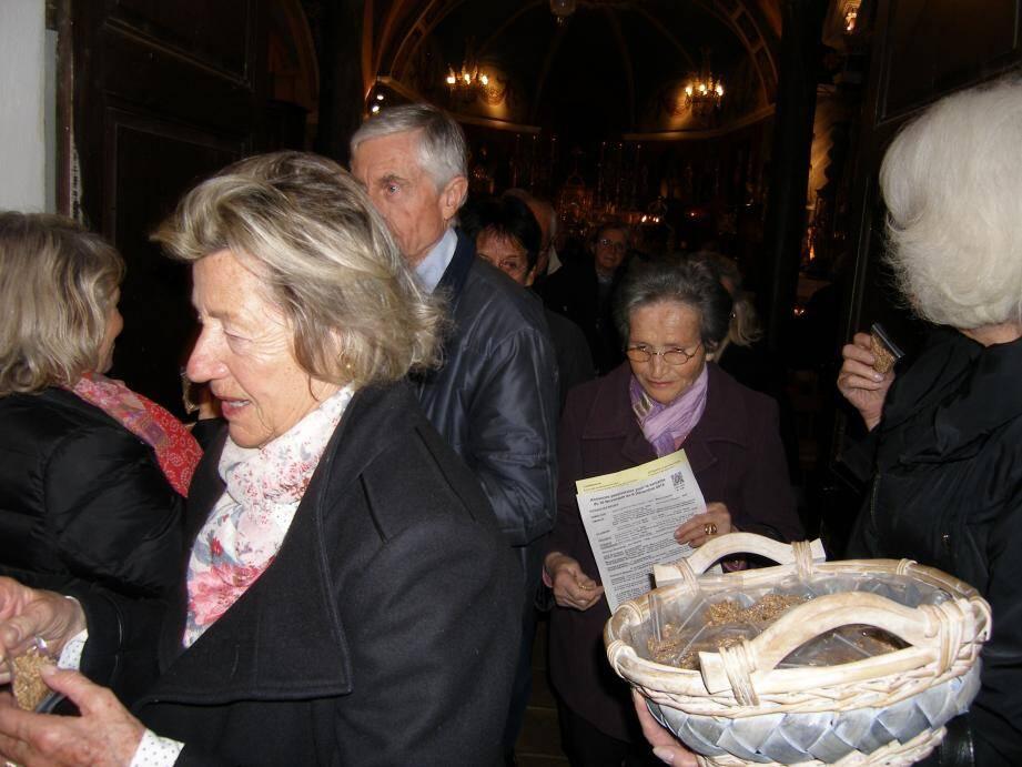 Les fidèles ont récupéré leurs sachets de blé béni après la messe.