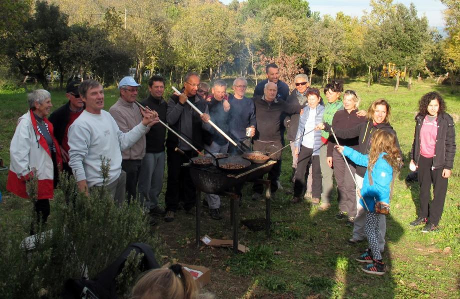 En attendant de déguster les meilleures soupes de Roquebrune, c'est autour d'une castagnade que les membres de l'ASCS se sont réunis.