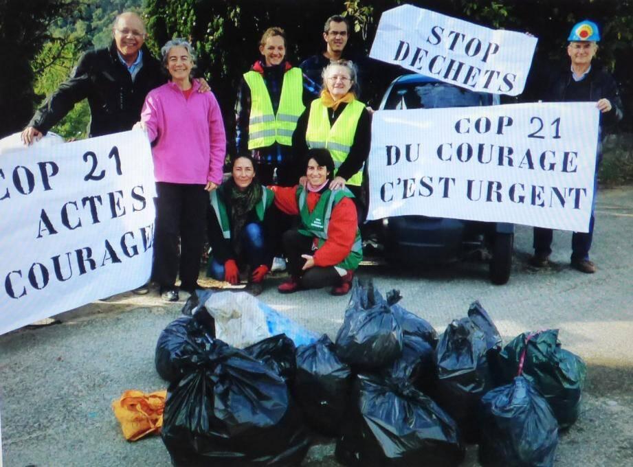 La collecte de déchets organsiée par Vie dans le quartier des Cayrons, le jour du lancement de la Cop 21. Les bouteilles, canettes, sacs en plastique récoltés auraient pu finir un jour à la mer. Ouf...