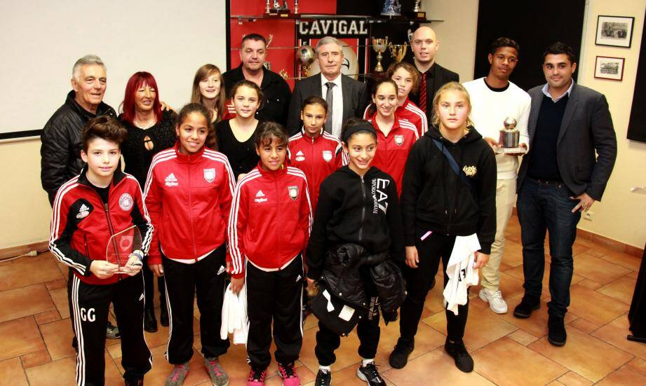 Les récipiendaires autour du président de la section football du Cavigal, Jean-Pierre Rebeuh.