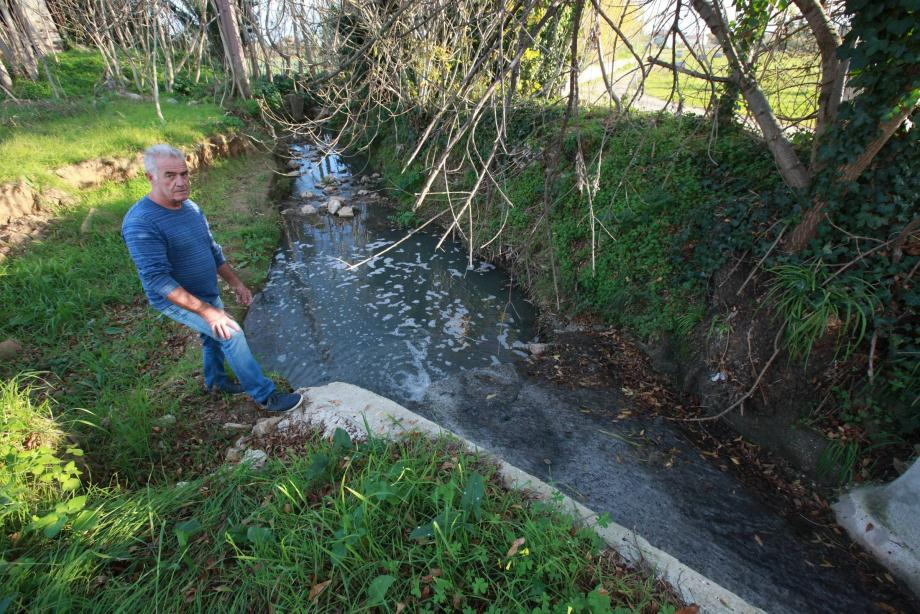 Derrière la maison familiale des Poletto où le ruisseau a été canalisé, l'odeur est insuportable et l'eau qui s'écoule, pas vraiment ragoutante... Dans le quartier, les plaintes se multiplient.