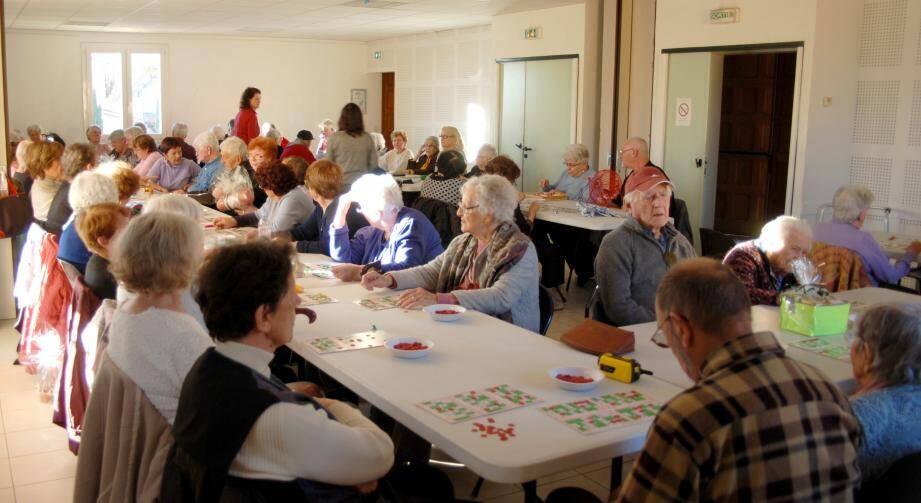Beaucoup de monde au loto mensuel de l'association des aînés.