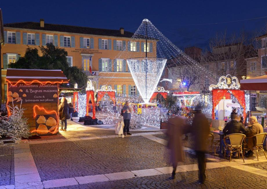 Cette année sur le Vieux-Port de Saint-Raphaël, un arbre de Noël de 15 mètres a remplacé le Père Noël qui, après trois ans de bons et loyaux services, est repartie en Laponie...