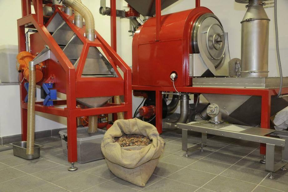 Les machines à torréfier et à concasser les fèves de cacao.