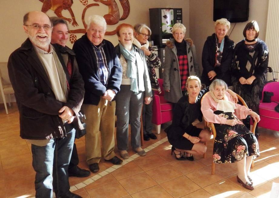 Gisèle (assise) entourée de conseillers municipaux des deux communes et avec Marie-Jeanne Languillat à ses côtés.