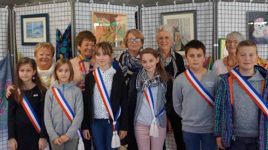 Après leur intronisation, les jeunes élus du CMJ de La Londe sont venus à la rencontre de l'association « Peinture sur soie et porcelaine ».