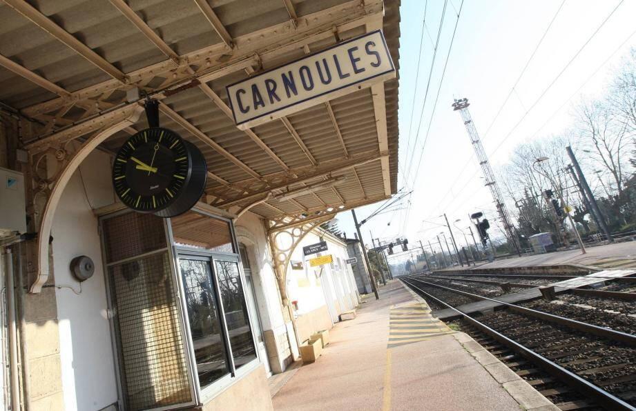 La gare de Carnoules accueille 300 passagers par jour. La moitié des usagers ne sont pas des Carnoulais. Ci-contre : Hier, le maire Christian David et sa première adjointe Sandra Bellazini ont accueilli Jean-Marc Coppola, vice-président de Région, pour la signature de la convention.