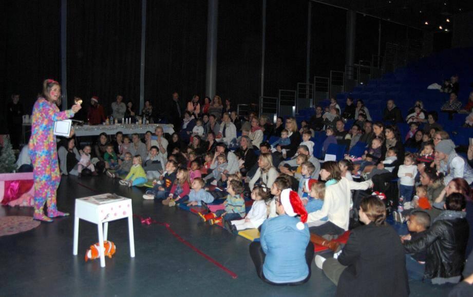 Les enfants ont été sous le charme de la magicienne qui a annoncé la venue du Père Noël !