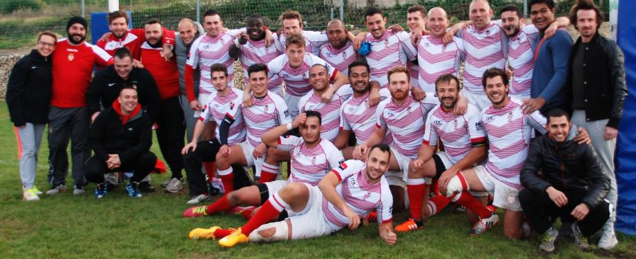 Le groupe monégasque arborant fièrement son nouveau maillot après sa magnifique victoire obtenue à l'arraché, 14 à 13, face au Beausset.(DR)