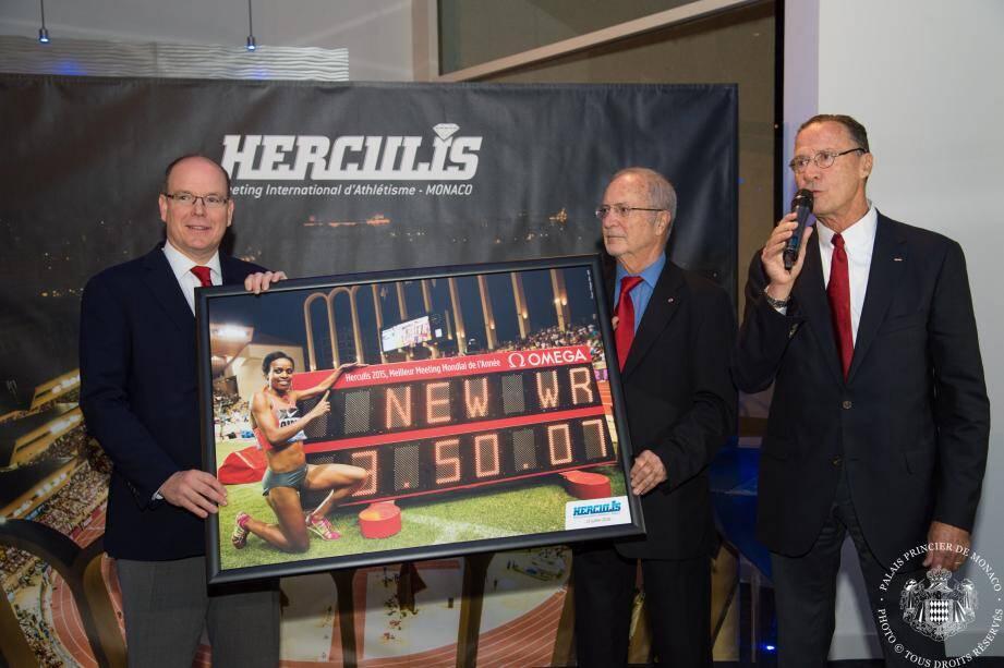 Le prince Albert s'est vu remettre une photo souvenir du record du monde du 1 500 m féminin, battu au cours du meeting Herculis en juillet. Il est accompagné du vice-président de la fédération, Bernard Fautrier, et du directeur du meeting, Jean-Pierre Schoebel, à droite.