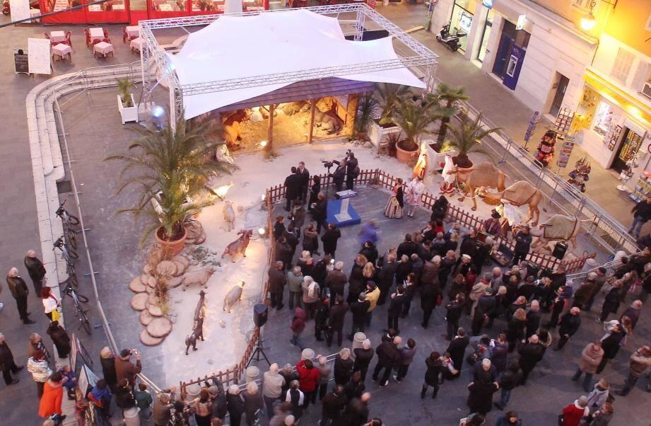 Jusqu'au 27 décembre, tout le monde peut venir admirer, place Rossetti, dans le Vieux Nice, les 17 personnages, humains et animaux, qui donnent vie à la crèche géante et animée.