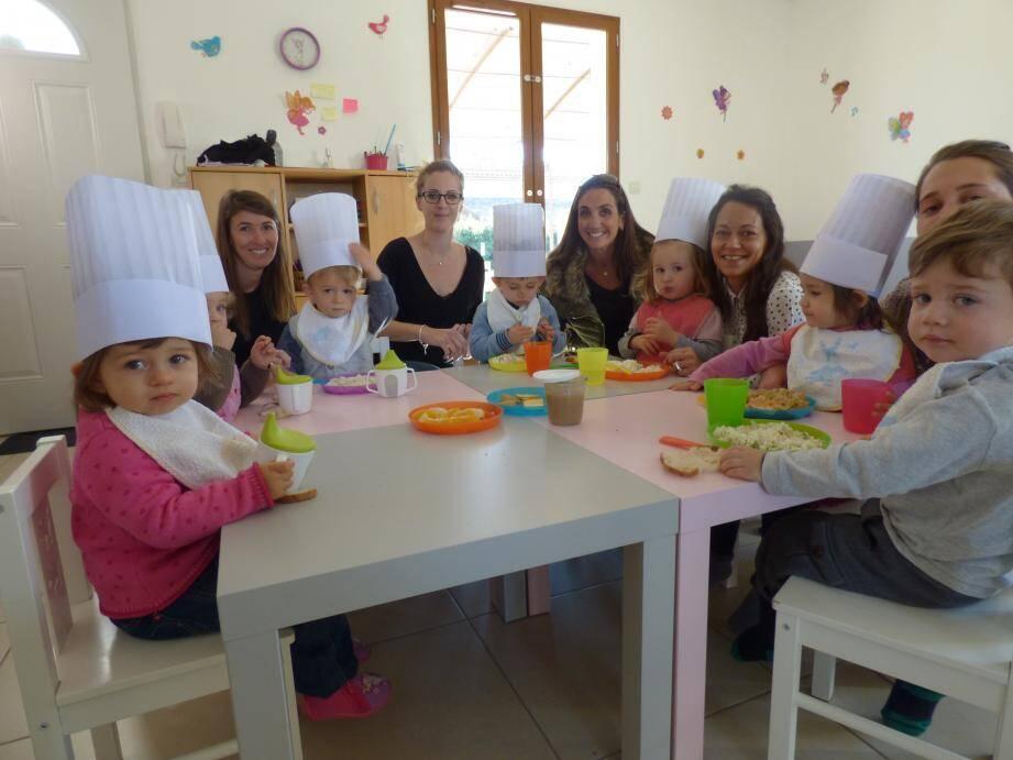 Dans la Maison des 4 fées, Mila, Gabriel, Lena, Claudia, Charles et Anaëlle attendent toujours avec impatience l'heure du repas. Des jolies frimousses particulièrement enthousiastes à l'idée de découvrir de nouvelles et bonnes saveurs.