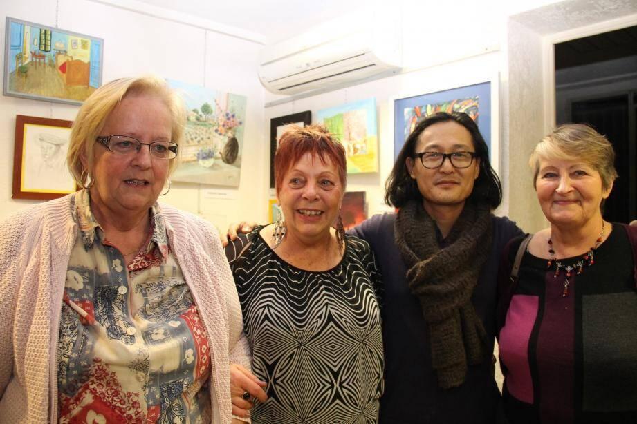 Viviane Grandperrin, Jeannine Sanchez et Jeannine André, responsables des groupes, entourent Denis, le professeur de dessin.