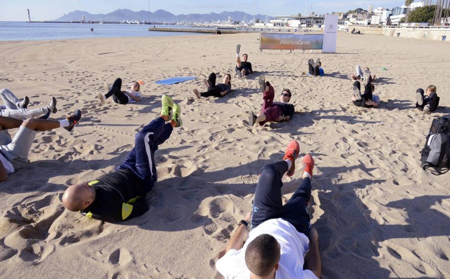 Sur le sable face à la mer, une joyeuse tribu s'adonne au sport de plein air : à vous de les rejoindre !
