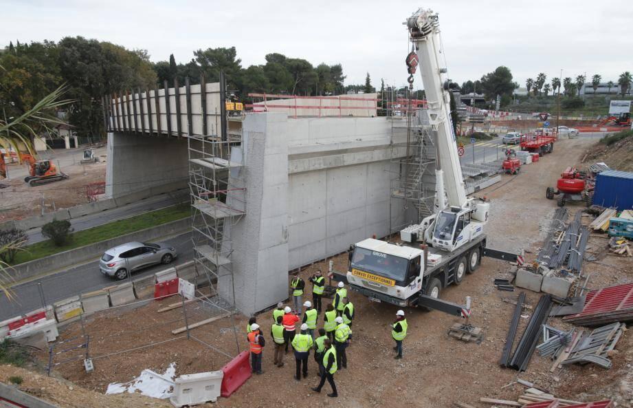Les murs du pont, qui passe au-dessus de la route des Chappes (RD 535), vont être étayés par des remblais.