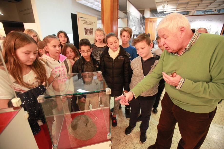 L'amiral Georges Prud'homme commente les pièces exceptionnelles regroupées pour l'exposition, auprès des élèves de CM1 de l'école Anatole-France. Il continuera à le faire jusqu'à Noël.
