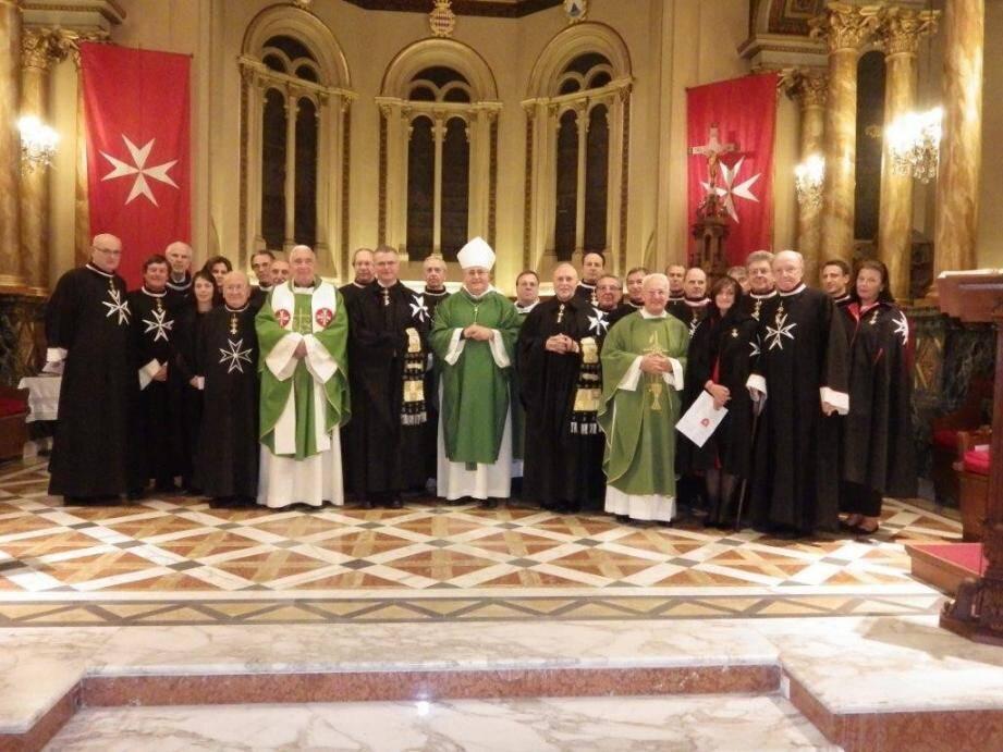 À l'issue de la messe célébrée par Mgr Barsi, les chevaliers et dames entourent celui-ci et les représentants du Souverain Conseil.(DR)