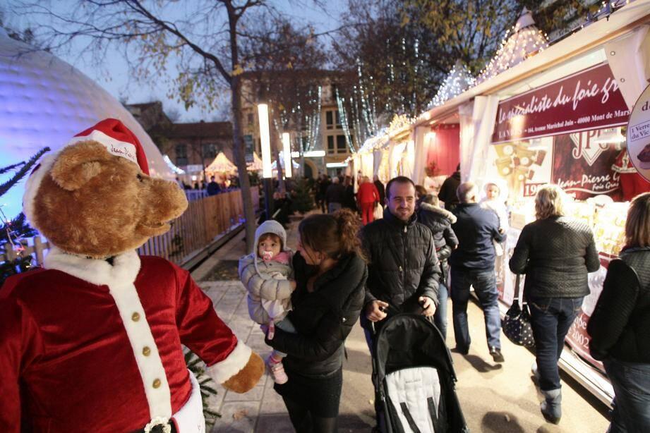Le marché de Noël se redéploie sur la place De-Gaulle à partir de samedi prochain avec son igloo, sa patinoire et ses produits gourmands et artisanaux.(Archives N.-M.)