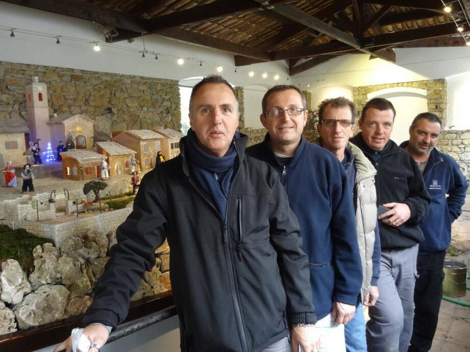 Franck, Stéphane, Jean-Marc, Pierre et les peintres Jean-Luc et Manu ont travaillé dur pour donner vie à la crèche municipale du Lavoir.