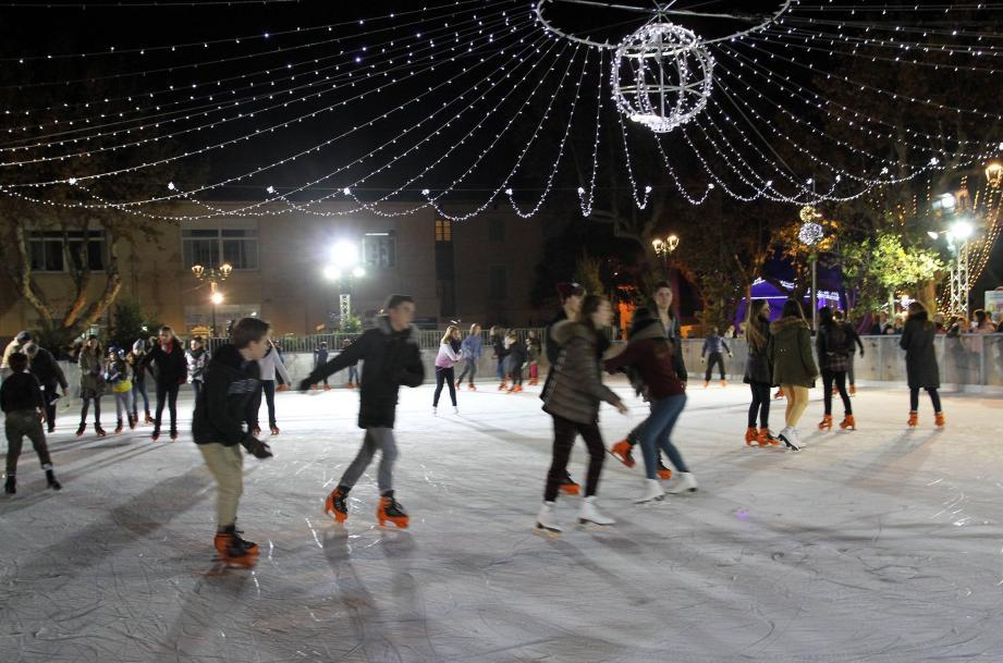 Un ciel lumineux au dessus de la patinoire : les festivités ont été lancées officiellement hier soir par le maire et son équipe.
