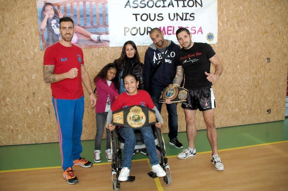 Les animateurs du Fight gym en compagnie de Mélissa et de sa famille avant les démonstrations.