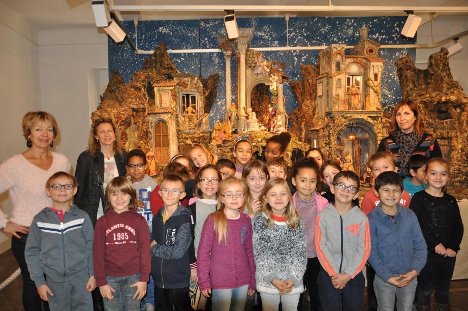 Les écoliers devant la crèche napolitaine.