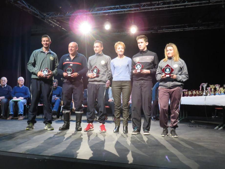 Les jeunes sapeurs-pompiers (avec leur marraine Dany Cayol) ont été récompensés pour leurs performances inter-régionales et inter-ligues.