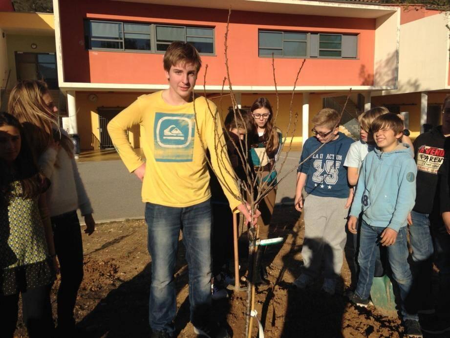 Les élèves sont fiers du prunier planté pour le bien de la planète et les générations futures de collégiens.