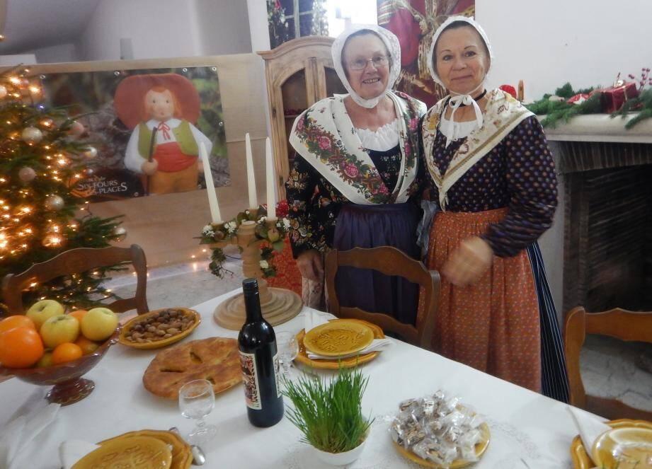 Isabelle et Mireille autour de la table des treize desserts dressée à la Villa Nuraghes.