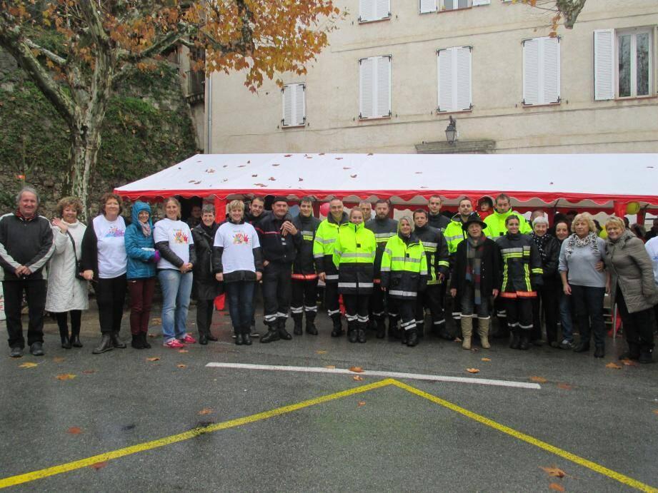 Autour des sapeurs-pompiers de Callas, les bénévoles des associations et du Téléthon.
