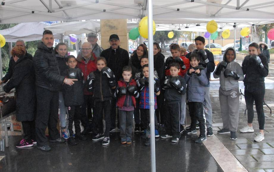 Sur la place Foch, les jeunes du club Savate Passion Boxe Française ont bravé la pluie pour être au rendez-vous.