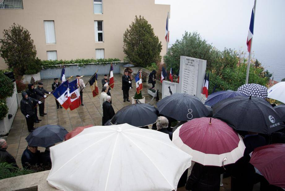 Sous une pluie battante, Xavier Beck, Sabrina Ferrand, Alain Poggi et André Fabre ont déposé une gerbe en hommage aux combattants de la guerre d'Algérie.