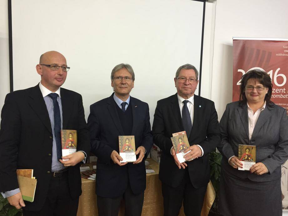 De gauche à droite entourant Alain Pastor, Professeur Tòth Ferenc, Dr Puskàs Tilvadar, maire de Szombathely, et Ildikò Szommer.