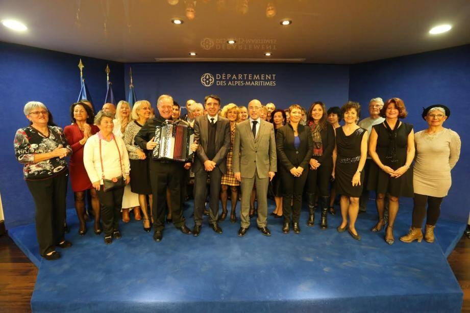 Quelques-uns des finalistes de «Danse avec les seniors» réunis autour d'Eric Ciotti.(DR)