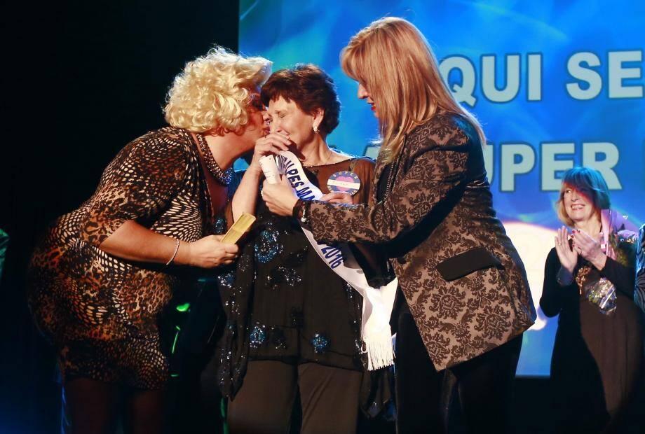Eliane Vassalo, 72 ans, de Menton a reçu des mains de Fabienne Ollier son écharpe de «Super Mamie des Alpes-Maritimes 2016 », avec en prime un gros bisou de l'explosive Zize (photo du haut). Et, c'est Hélène Giudicelli, la Niçoise de 86 ans, qui sera sa suppléante (photo ci-dessus). Elle avait remporté le titre de « Super Mamie Nice Côte d'Azur » en 2010.