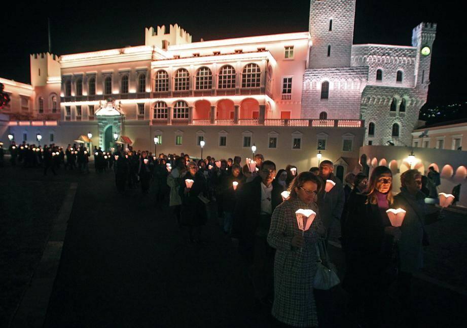 La procession aux flambeaux a sillonné les rues du Rocher, hier à partir de 19 heures, après la messe.