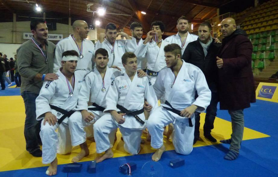 Mohamed Otmane (à droite) avec son équipe vice-championne de France en février dernier.