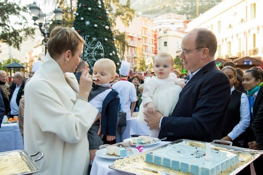 Les jumeaux princiers ont goûté avec gourmandise aux gâteaux préparés par le lycée technique et hôtelier de Monaco