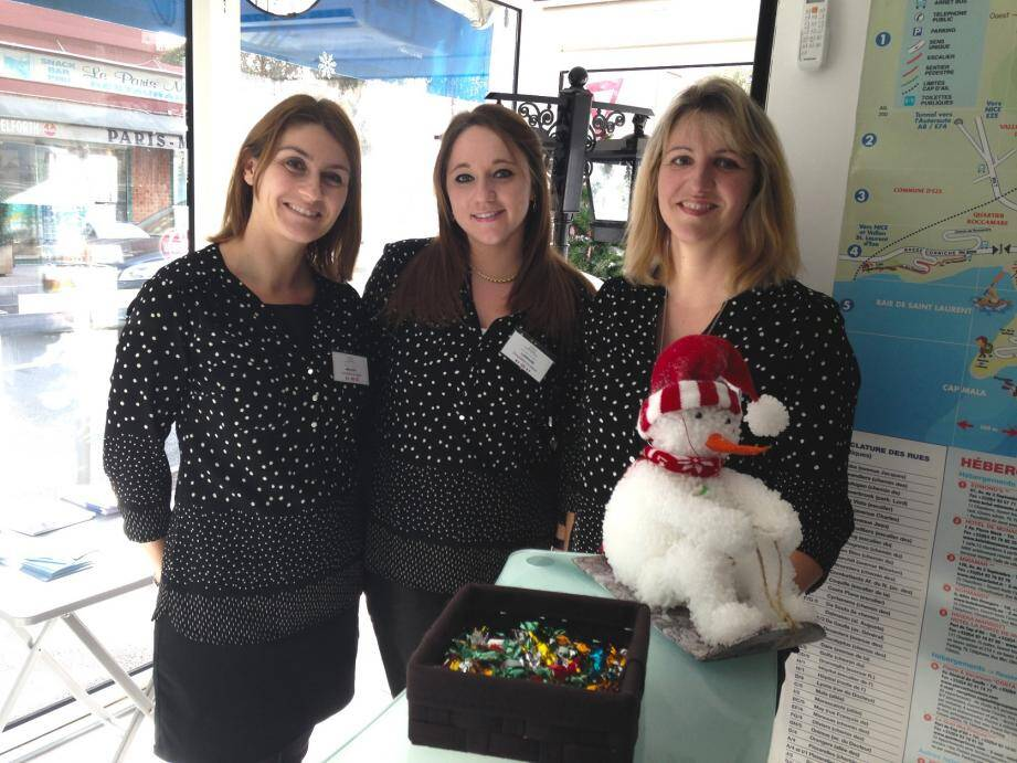 Pendant ce mois de décembre, les hôtesses de l'Office du Tourisme de Cap-d'Ail accueillent, exposent et récompensent les enfants qui leur apportent leurs plus beaux dessins de Noël.