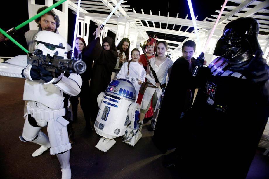 Les troupes de l'Alliance et de l'Empire réunies à Nice par Galaxie Vésubie, sur la Prom'. Photo Photo Franck Fernandes)