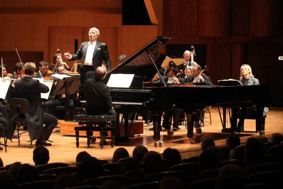 L'Orchestre philarmonique était sous la direction de Philippe Bender. Le soirée s'est ouvert avec deux pianistes internationaux, Louis Lortie (de dos) et Hélène Mercier (de face).