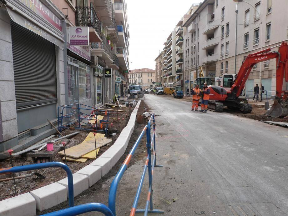 Compte tenu des inondations du 3 octobre, le chantier de rénovation d'une partie du boulevard de la République (entre Commandant Maria et le lycée Jules Ferry), initialement prévu jusqu'à fin janvier 2016, s'achèvera avec un mois de retard.