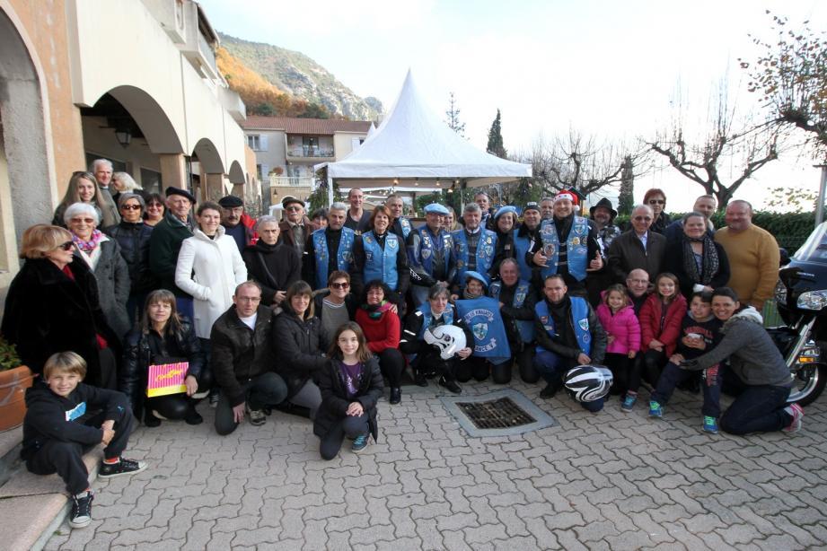 Exposants et organisateurs ont entouré les membres du chapitre France V des Blue Knights, pour la photo souvenir de ce marché de Noël 2 015.