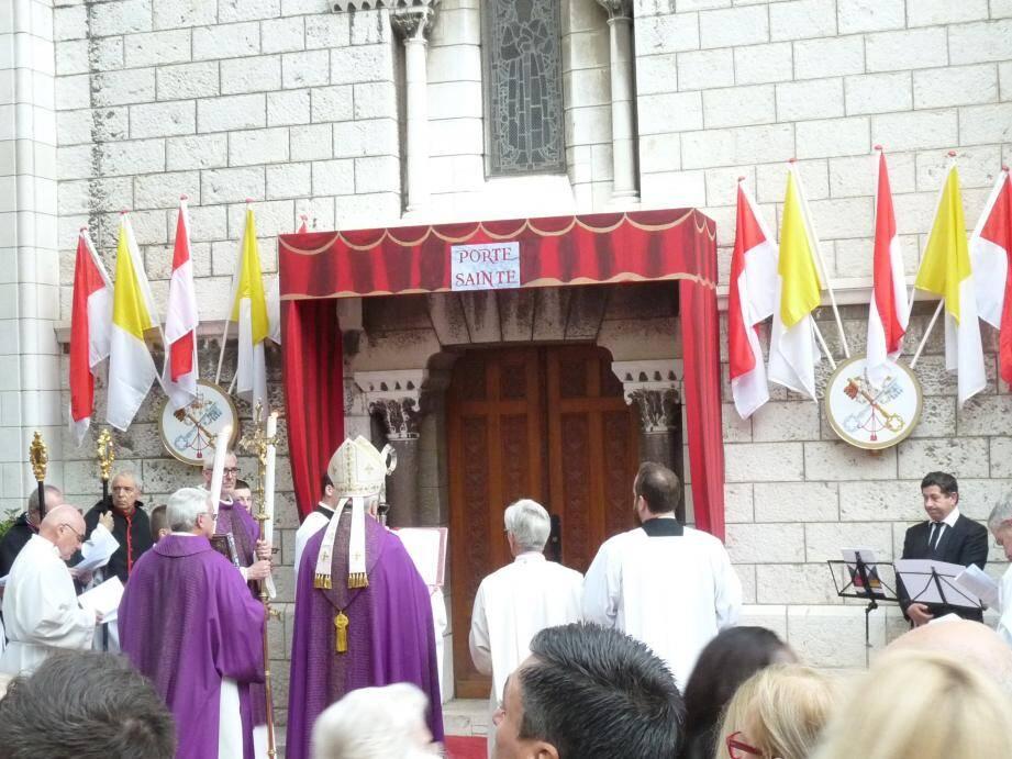 Peu après 16 heures hier, entouré par le clergé, l'archevêque de Monaco, Bernard Barsi, a symboliquement ouvert la Porte sainte.