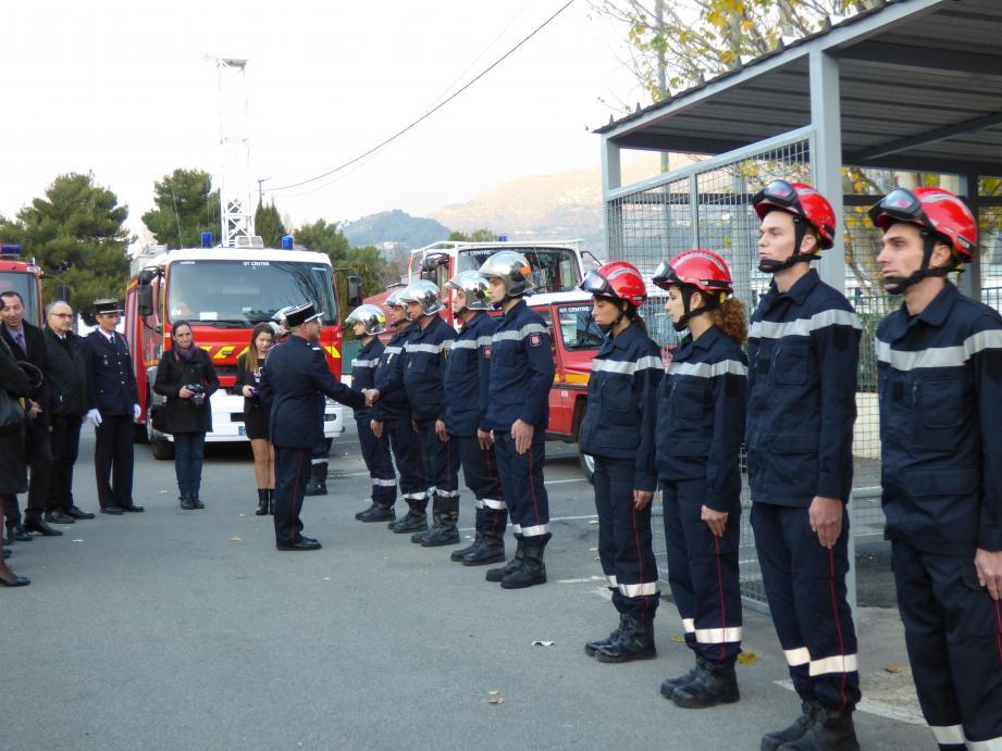 Pour la Sainte-Barbe, de nombreux pompiers ont reçu grades, médailles et écussons. Ils ont été passés en revue par les élus de Carros, Le Broc, Gattières en présence des corps constitués.