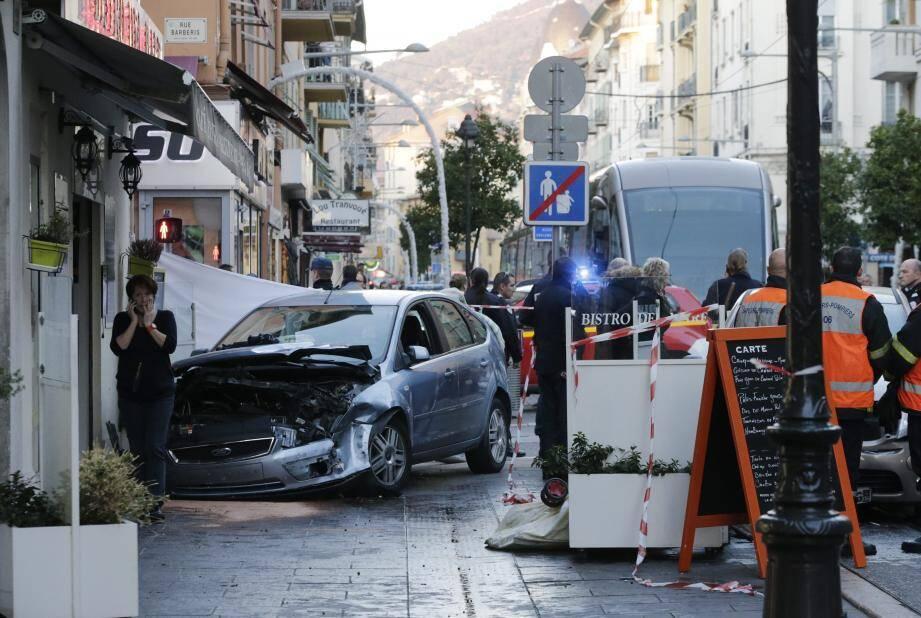 L'état de la Ford Focus, qui a fauché dix piétons vendredi après-midi à Nice, montre la violence du choc.