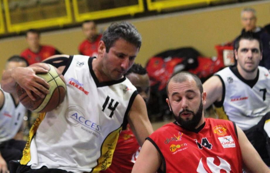 Le Suédois Ziad Al-Jashamy face au Toulousain Aguinet sous le regard de Keller, le capitaine azuréen.